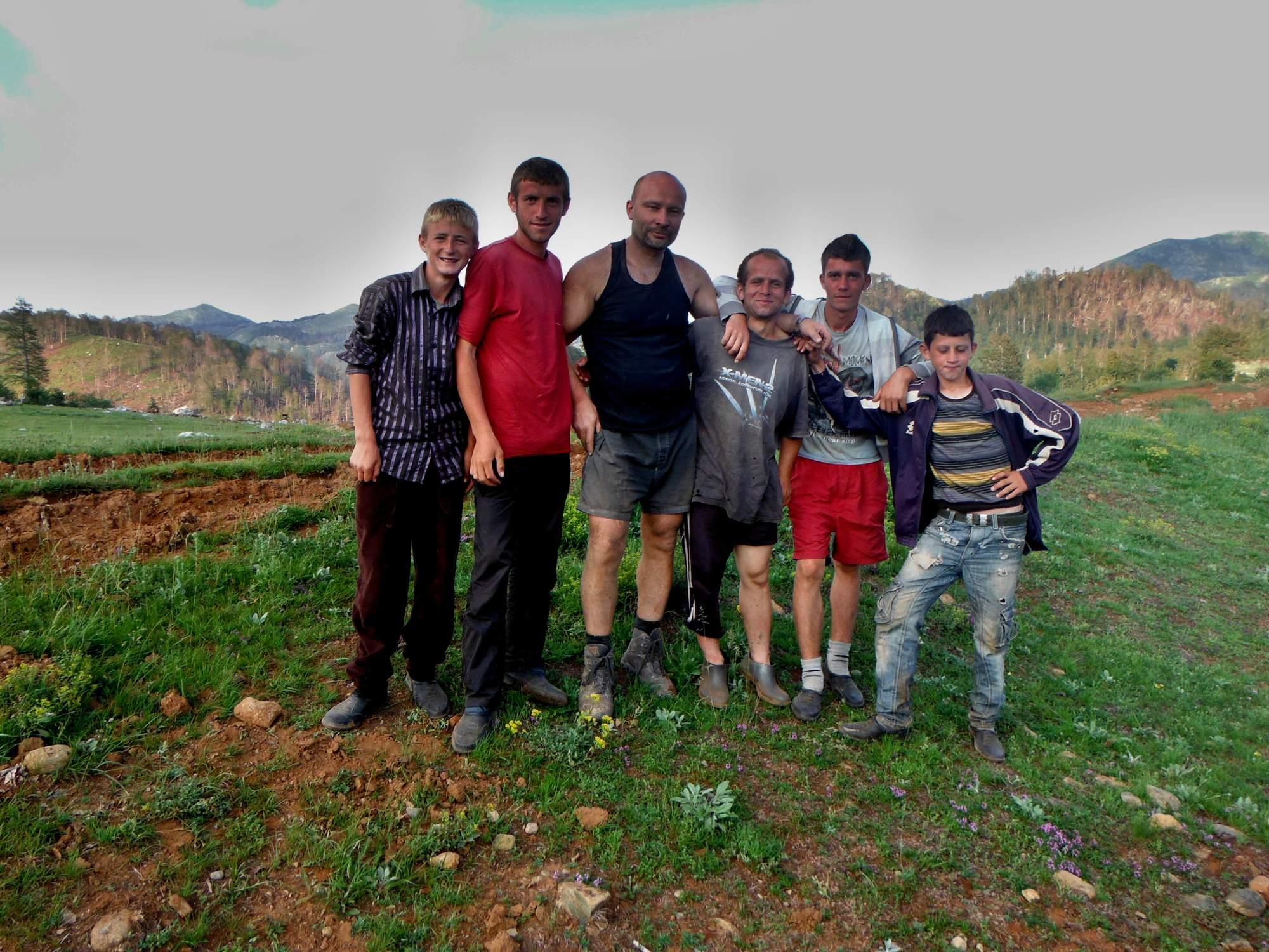 Mladí pastevci sledovali stavbu stanů
