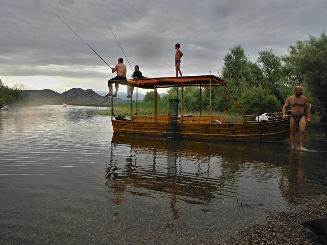 Já a místní rybáři na jezeře Malo Blato
